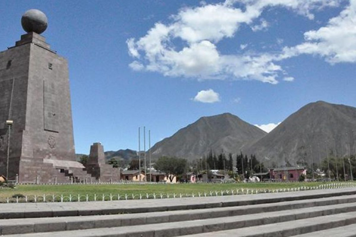 Monumento ciudad del mundo se construyó en honor a la misión Geodésica francesa que determino que este era el punto de la latitud 0°0'-0'' Foto:Vía quito.com.ec. Imagen Por: