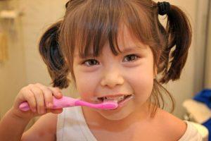Los dientes están diseñados para triturar alimentos y la goma de mascar es suave. De este modo, los dientes comienzan a tocarse y se astillan. Foto:Flickr. Imagen Por: