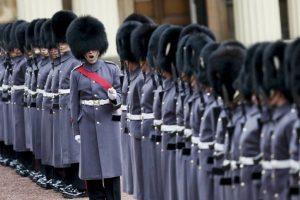 Guardias de honor alineados para la inspección del presidente de Kazajstán, Nursultan Nazarbayev, en el Palacio de Buckingham en Londres. Foto:AFP. Imagen Por: