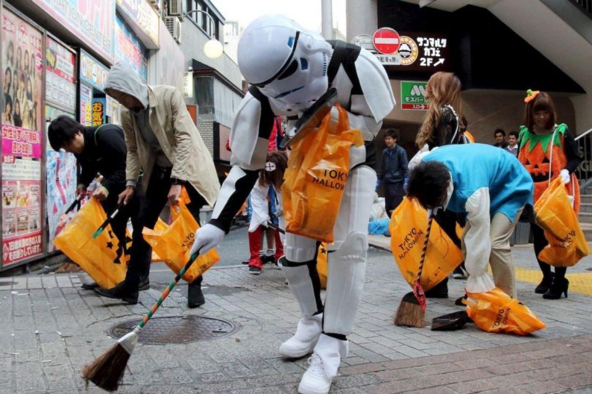 Barrenderos disfrazados en Japón. Foto:AFP. Imagen Por: