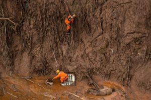 Equipos de emergencias trabajan en zona. Foto:AFP. Imagen Por: