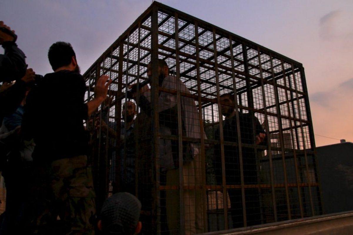 Sirios son mantenidos en jaulas por grupos rebeldes. Se ha indicado que son utilizados como escudos humanos. Foto:AFP. Imagen Por: