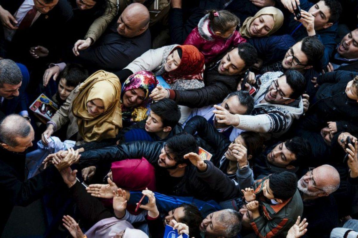 Partidarios animan el presidente turco, Recep Tayyip Erdogan en un centro de votación. Foto:AFP. Imagen Por: