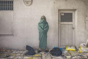 Hombre espera para cruzar la frontera de Eslovenia y Austria junto con otros migrantes y refugiados. Foto:AFP. Imagen Por: