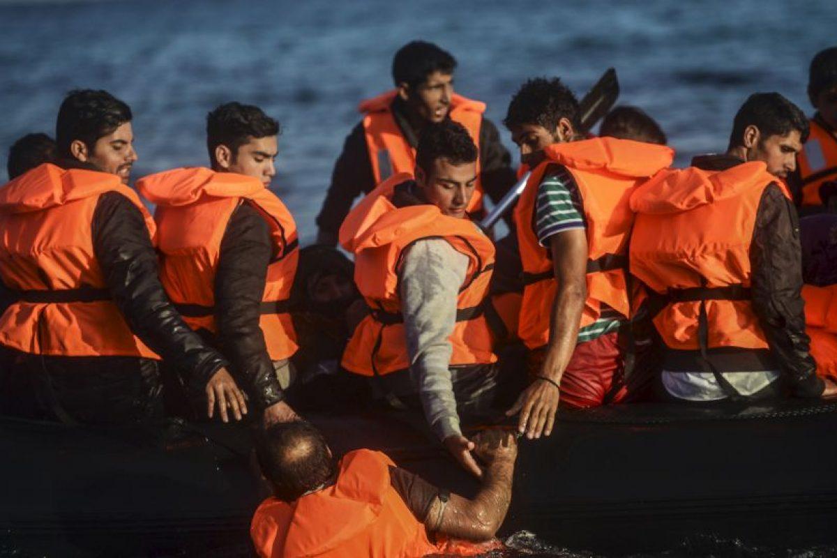 Migrantes y refugiados llegan a la isla griega Chios. Foto:AFP. Imagen Por: