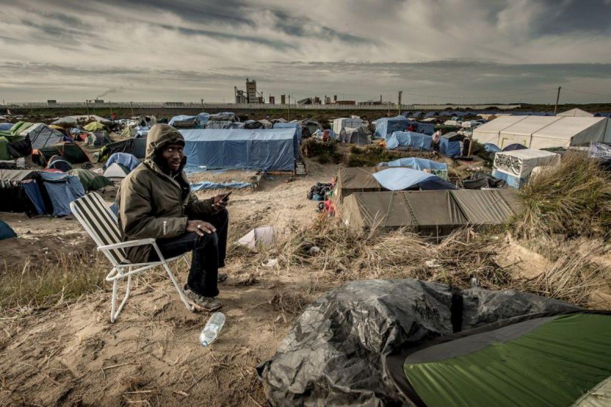 Migrante sudanés llama a su familia al llegar a Calais, Francia. Foto:AFP. Imagen Por: