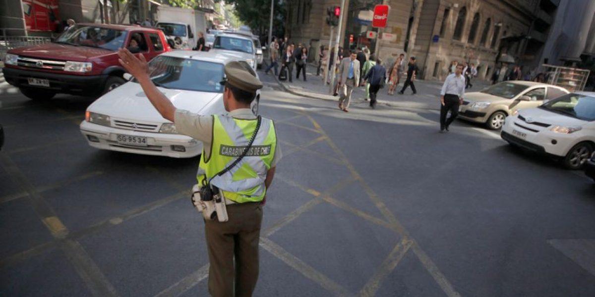 Polémica: carabinero le saca parte a parquímetro por cruzar la calle