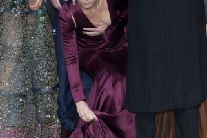La actriz por poco muestra de más, al intentar recoger una rosa blanca del suelo. Foto:Getty Images. Imagen Por: