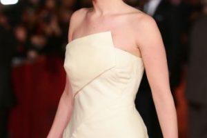 Tambien en 2013, llegó al Festival de Cine de Roma con este vestido largo, color beige, de escote cruzado. Foto:Getty Images. Imagen Por: