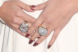 Para su outfit, Gómez agregó un par de anillos de diamantes. Foto:Getty Images. Imagen Por: