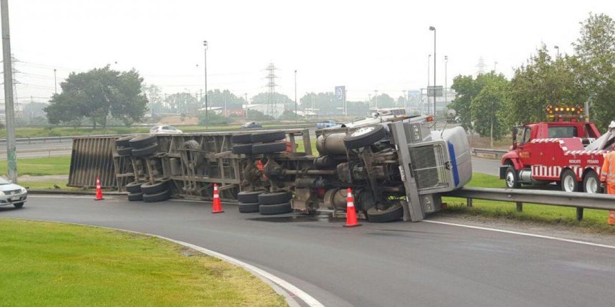 Camión se volcó en Autopista del Sol: conductor ileso y 6 heridos
