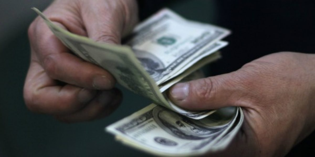 Dólar queda al borde de los $700