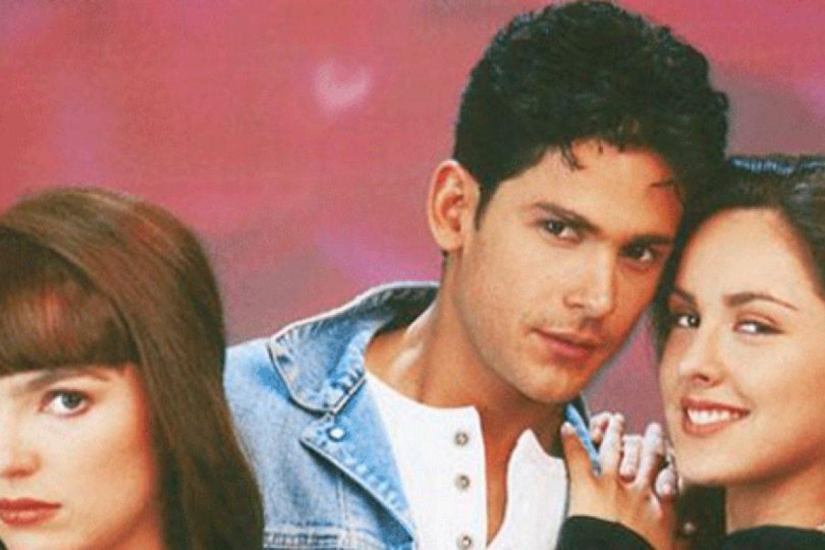 """""""Agujetas de Color de Rosa"""" fue una novela que se transmitió de 1994 a 1995 y que trataba de lo que pasó con la familia de Elisa luego de que el padre muere y de los enredos que provocará su fortuna. Asimismo, la novela tenía musicales y también tocaba el tema del patinaje artístico Foto:vía Televisa. Imagen Por:"""