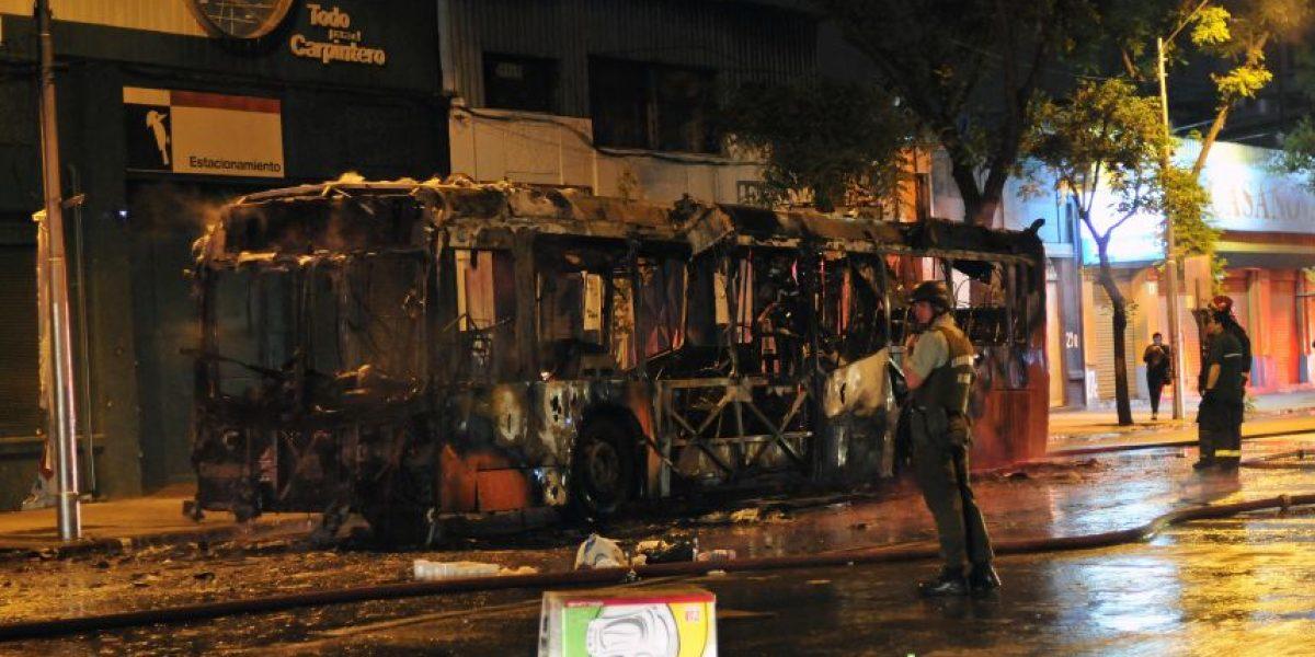 Desconocidos amenazan a conductor y queman bus del Transantiago