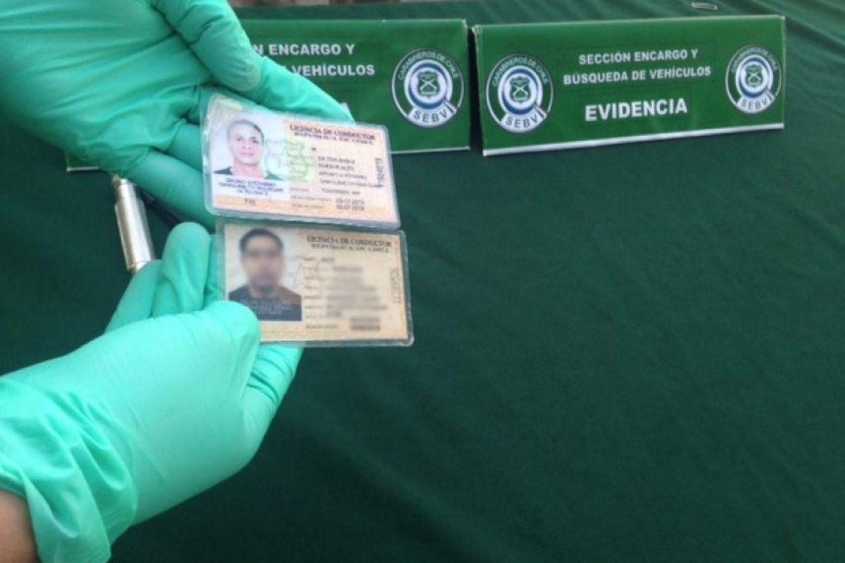 En la foto, la licencia que está en la parte superior superior es la falsa. Foto:Gentileza. Imagen Por: