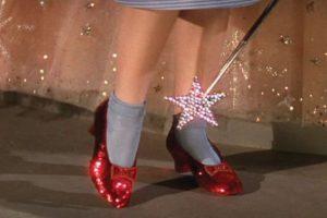 La réplica de Harry Winston de los zapatos de Judy Garland en 'El Mago de Oz'. Cuestan 3 millones de dólares Foto: Youtube. Imagen Por: