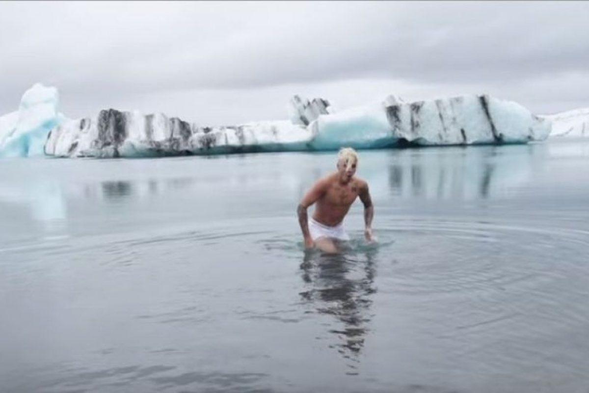 """Los operadores aseguran que no hay reglas con la natación, pero que resulta """"estúpido"""" que alguien nade en el lugar, ya que la temperatura del agua oscila entre los 3 y -3 grados centígrados. Lo que podría provocar la muerte a aquellas personas que imitaran su comportamiento en el lago. Foto:YouTube/justinbiebervevo. Imagen Por:"""