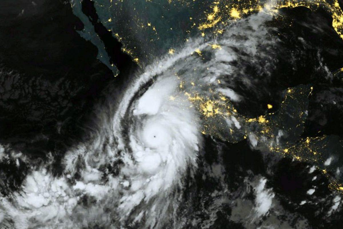 El huracán Patricia, que fue considerado el más grande jamás registrado, finalmente se transformó en tormenta tropical debido a las barreras naturales de la sierra mexicana. Foto:AFP. Imagen Por: