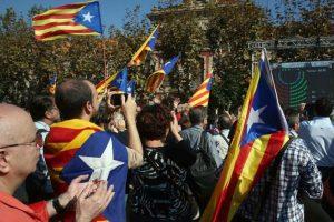 Un grupo de soberanistas celebra esta mañana la resolución del Parlamento de Catalunya por la independencia. Foto:Efe. Imagen Por: