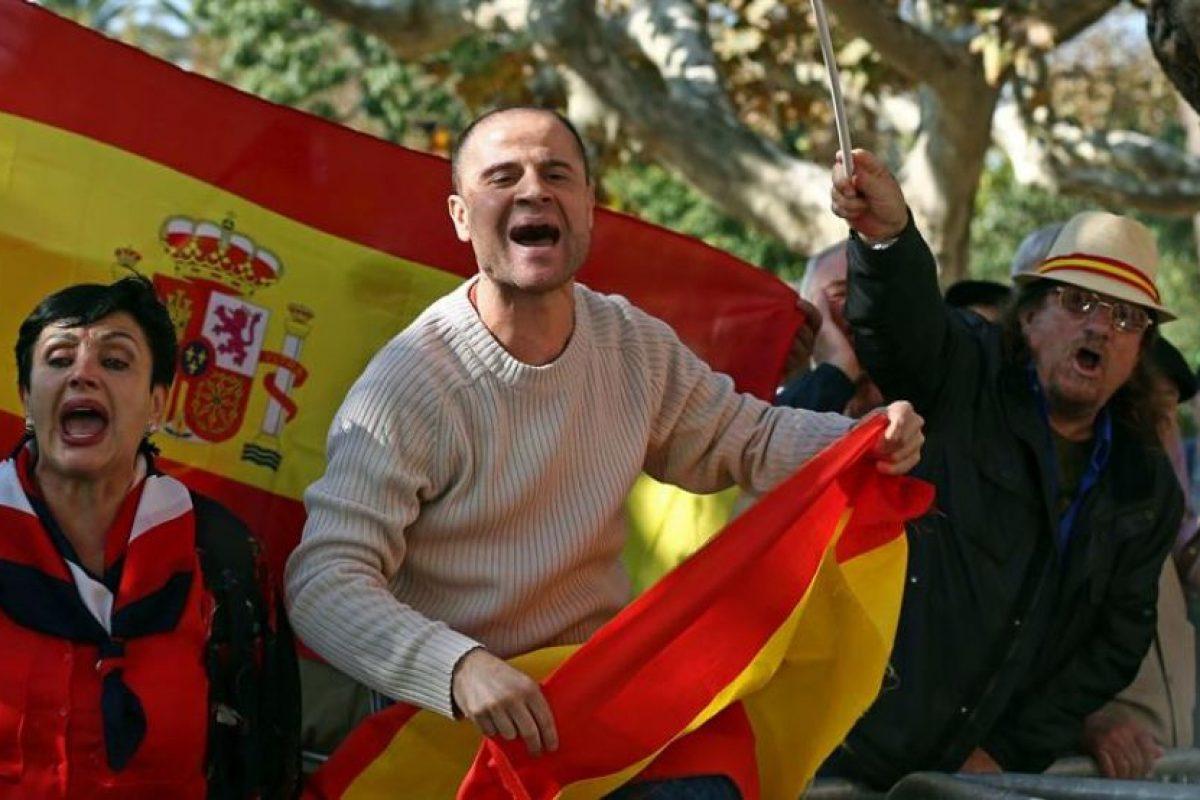 A la vez, un grupo de partidarios por la unidad de España protestaba frente a la sede del Parlament. Foto:Efe. Imagen Por: