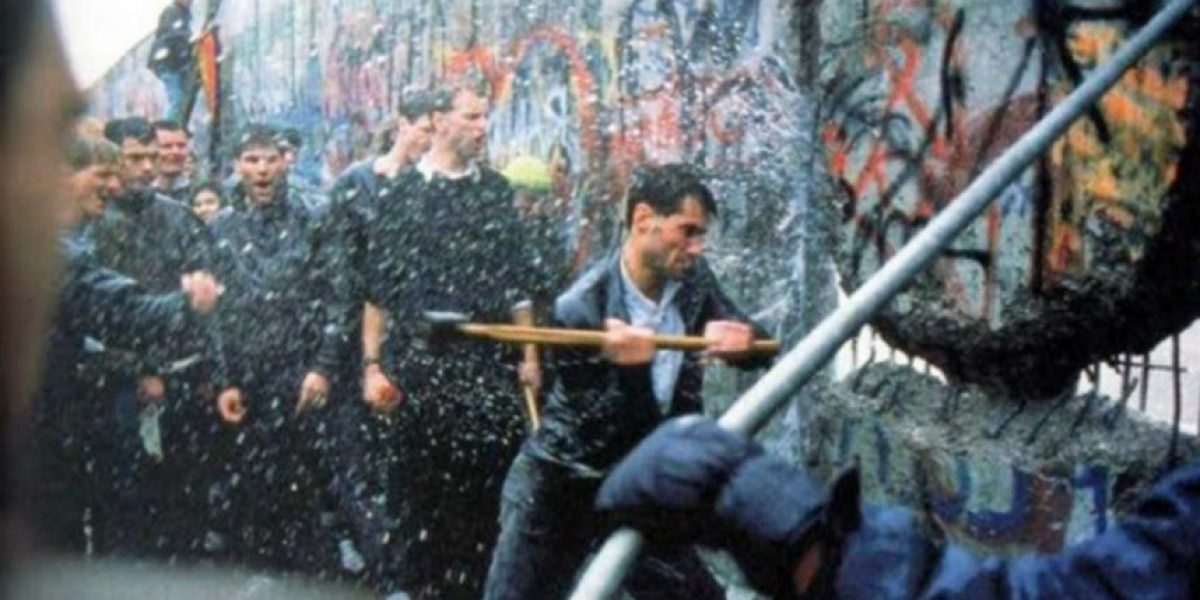 """Revelan presencia de """"Chile"""" en histórica foto sobre la caída del Muro del Berlín"""