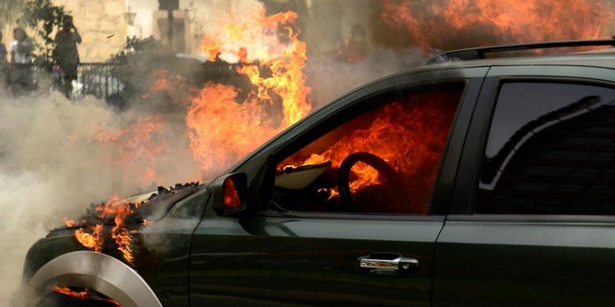Auto se quema en Recoleta con Américo Vespucio generando congestión