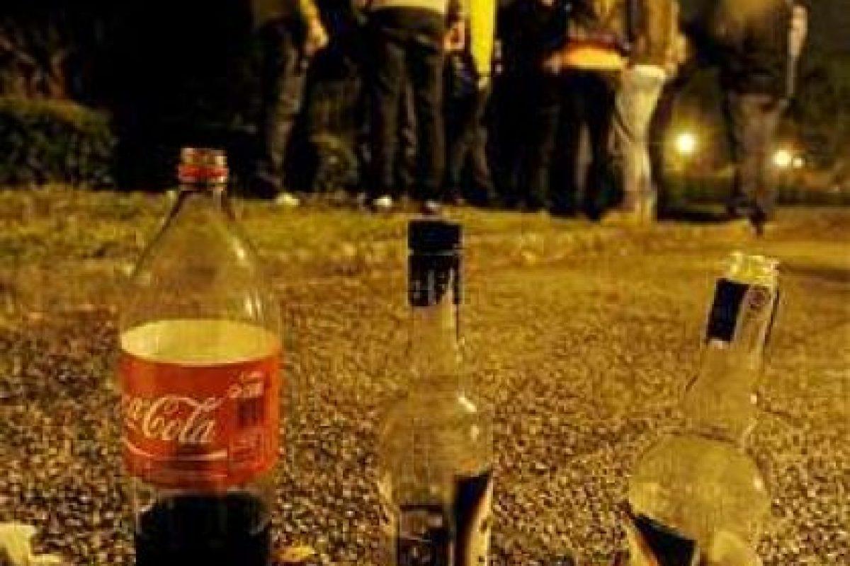 9- El alcohólico tiene conductas antisociales recurrentes como beber alcohol en exceso en lugares poco apropiados. Imagen Por: