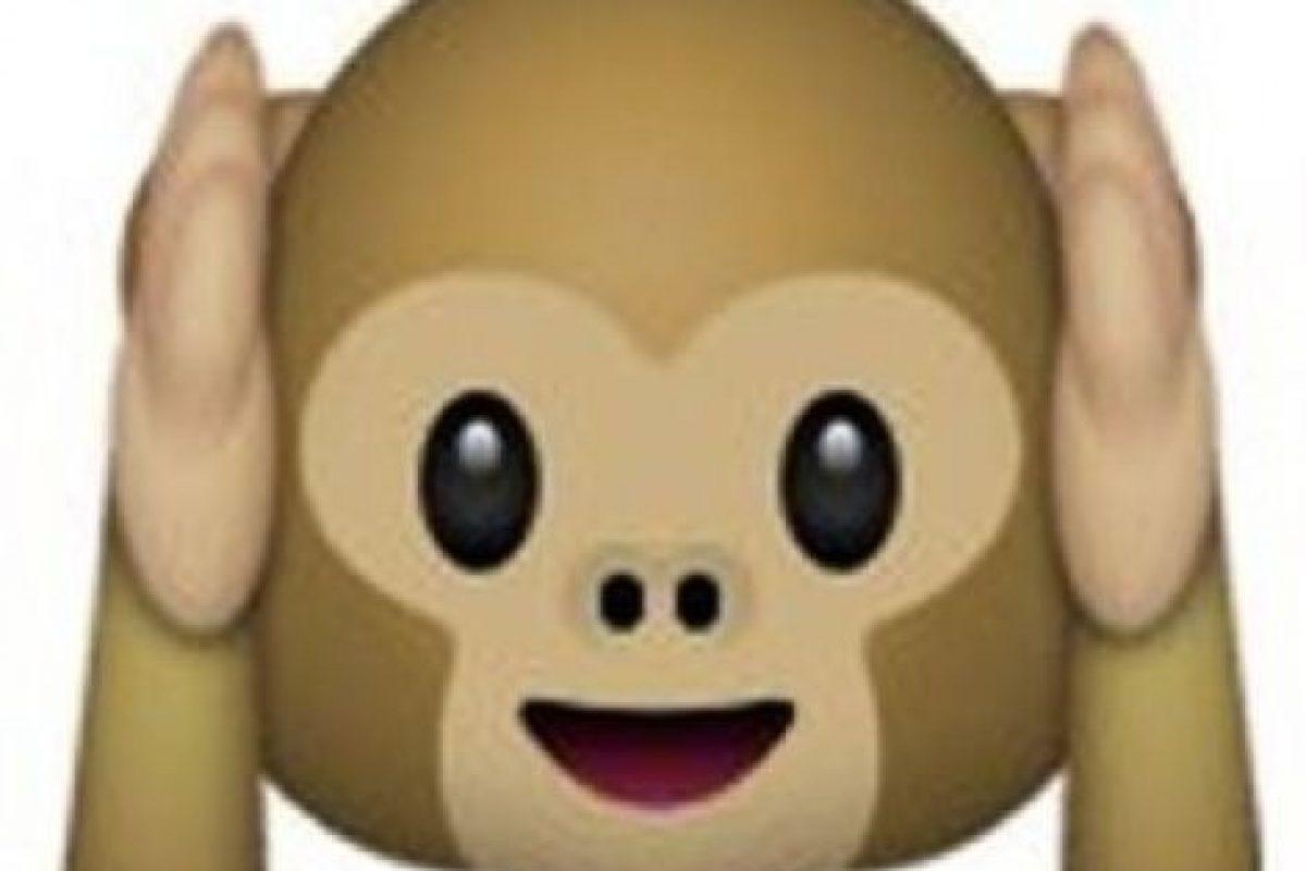 """Es uno de los tres monos sabios, parte de un proverbio budista, que en este caso es: """"No voy a escuchar el mal"""". Utilizado para: """"No quiero escuchar eso"""". Foto:Pinterest. Imagen Por:"""