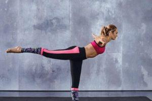 Con una pierna elevada y el cuerpo en 90 grados, se extienden los brazos a la altura de los hombros. Foto:victoriassecret.com. Imagen Por: