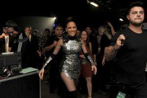 Luego de su gran performance, JLo regresó al escenario con un vestido corto color plateado. Foto:Getty Images. Imagen Por: