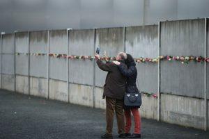 Incluso, se colocó una especie de ofrenda florar en algunas partes que conformaron el muro Foto:Getty Images. Imagen Por: