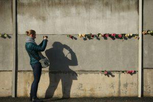 El planeta cambió por completo hace 26 años, cuando cientos de personas se reunieron con palas y mazos para destruir la barrera que separó a una nación por más de 28 años Foto:Getty Images. Imagen Por: