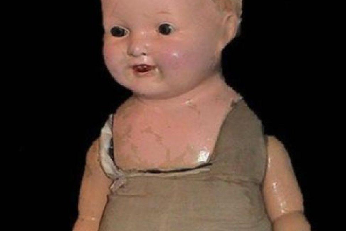 Por alguna razón, cada mujer de la familia tenía un hijo y una hija. El niño moría a los tres días de nacido. Por las noches, a través de la muñeca, se podían oír los gritos de estos bebés. Supuestamente, una amiga resentida se la dio a la primera mujer que recibió la muñeca. Foto:Haunted America Tours. Imagen Por: