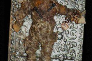 El peluche vudú: una mujer tuvo la (estúpida) idea de comprar este muñeco hechizado con rituales vudú proveniente de Nueva Orleans. Lo hizo por eBay. Pero el muñeco comenzó a aparecérsele en sueños y a atacarla. Trató de venderlo otra vez en eBay con éxito, pero el comprador recibía una caja vacía y el muñeco seguía apareciendo. Ahora el muñeco lo tiene un cazafantasmas. Foto:Haunted America Tours. Imagen Por: