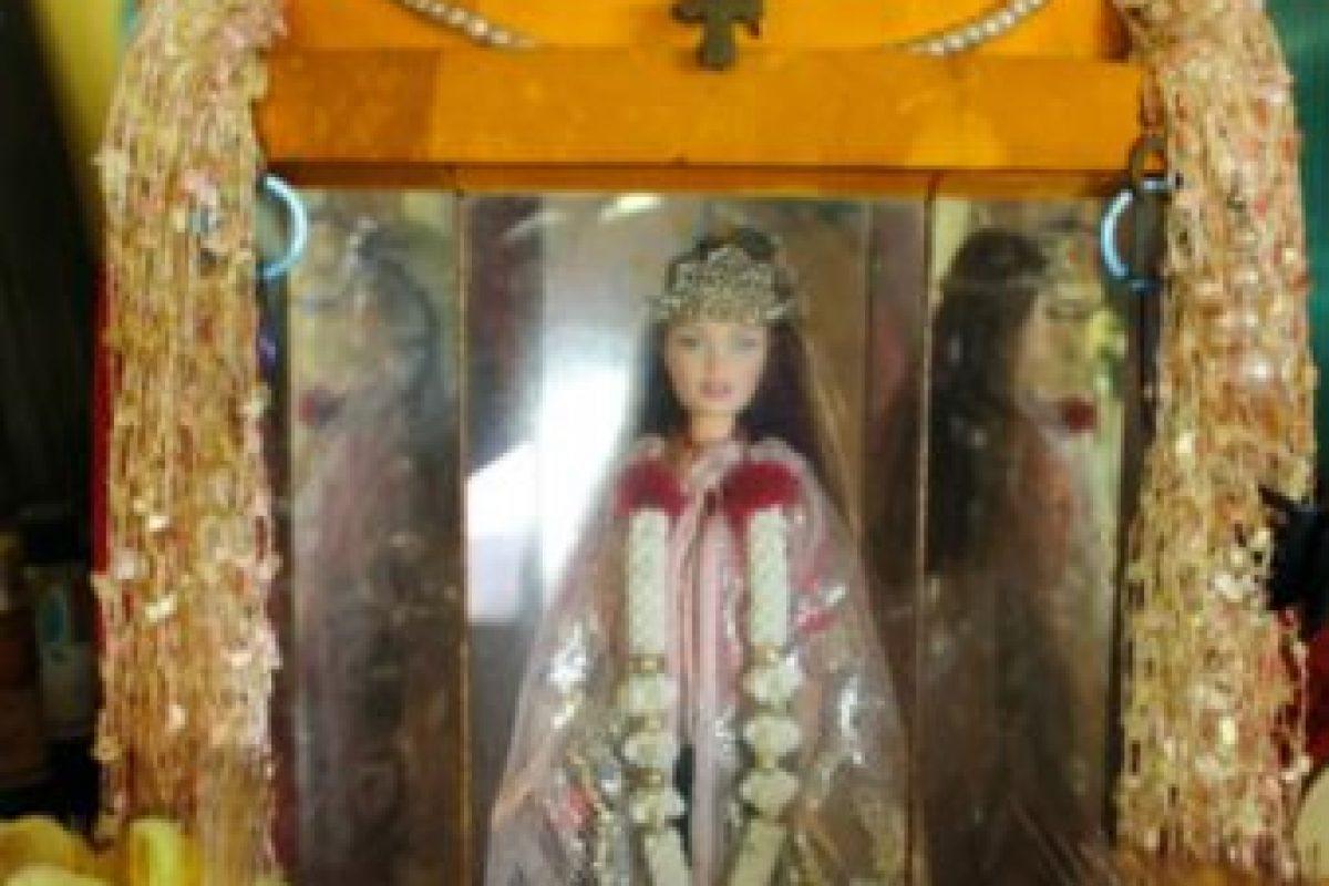 La Barbie de Pulau Ubin: cuenta la leyenda que una pareja de alemanes fue capturada en Singapur, a comienzos de la Primera Guerra Mundial, acusada de espionaje. Era 1914. Su hija trató de huir, pero murió al caer en un precipicio. Foto:YouTube. Imagen Por: