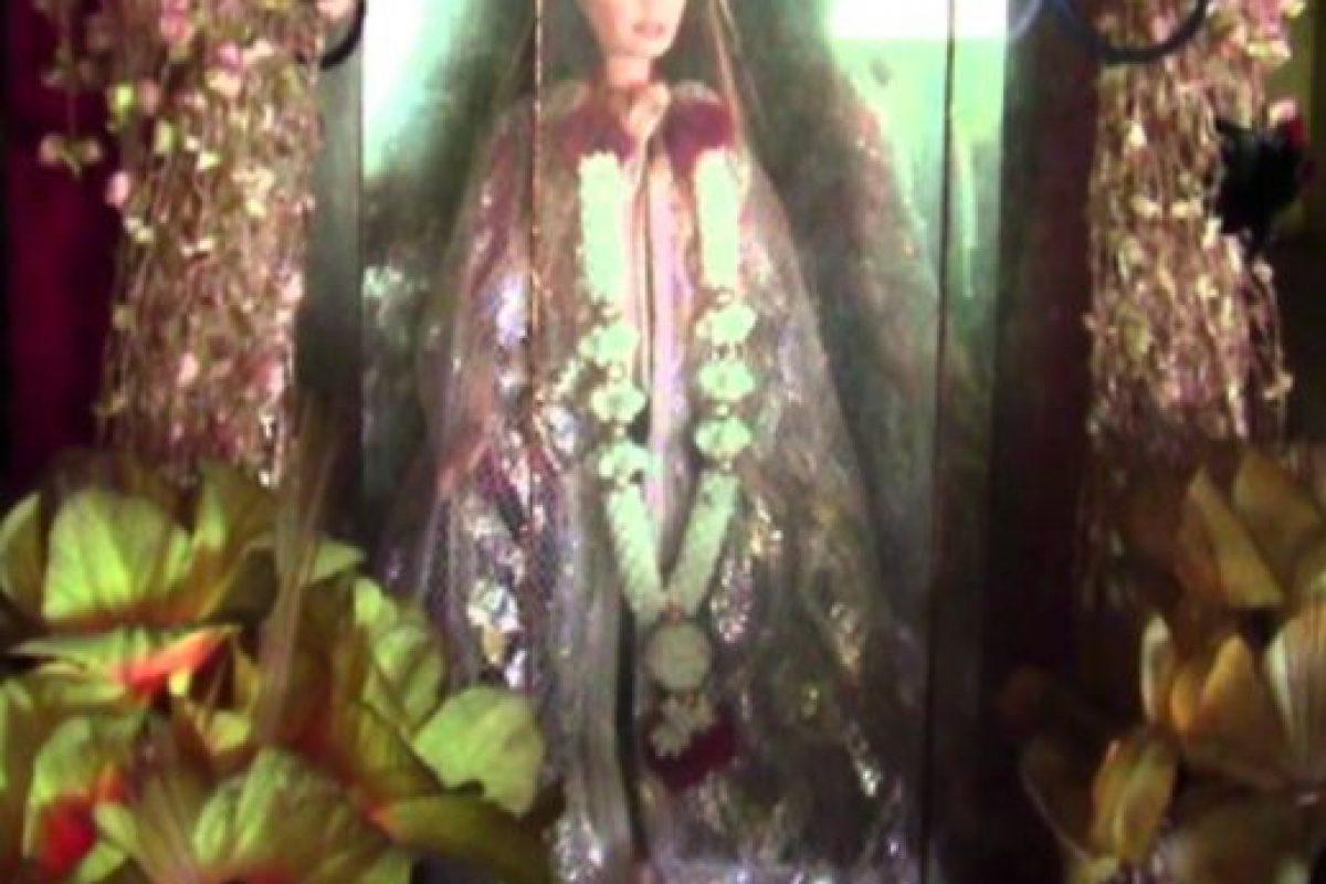 En honor a la niña, los lugareños le crearon un pequeño santuario. Un día, un hombre soñó que una niña blanca lo llevaba de la mano a una tienda y este le compraba una muñeca Barbie. Eso fue en 2007. El sueño fue tan repetitivo, que el hombre encontró en otra tienda la muñeca que la niña quería. La compró y la reemplazó en el altar. Foto:YouTube. Imagen Por: