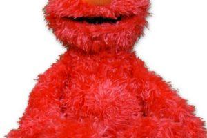 """Elmo Cosquillas: pareciera increíble que este muñeco tan popular fuera poseído, pero en 2008, la familia Bowman dio con un peluche """"asesino"""". Foto:Fischer Price. Imagen Por:"""