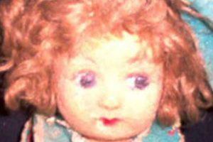 La dueña murió en 2005 y la familia puso a Pupa en una vitrina. Ahí han afirmado que la muñeca cambia de posición y que también cambia su expresión facial. Foto:Haunted America Tours. Imagen Por: