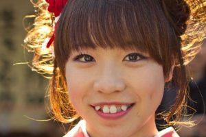 5. Mientras en la mayoría de países se buscan unos dientes rectos, en Japón la tendencia es torcerlos y limar los colmillos para obtener una apariencia juvenil o de adolescentes. Foto:Vía Twitter. Imagen Por: