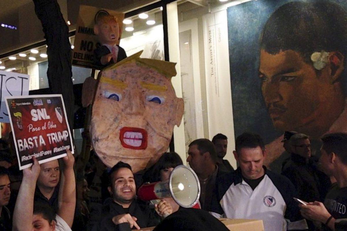 """Con el lema """"El racismo no es gracioso"""" decenas de ciudadanos repudiaron la participación de Trump en Saturday Night Live. Foto:AP. Imagen Por:"""