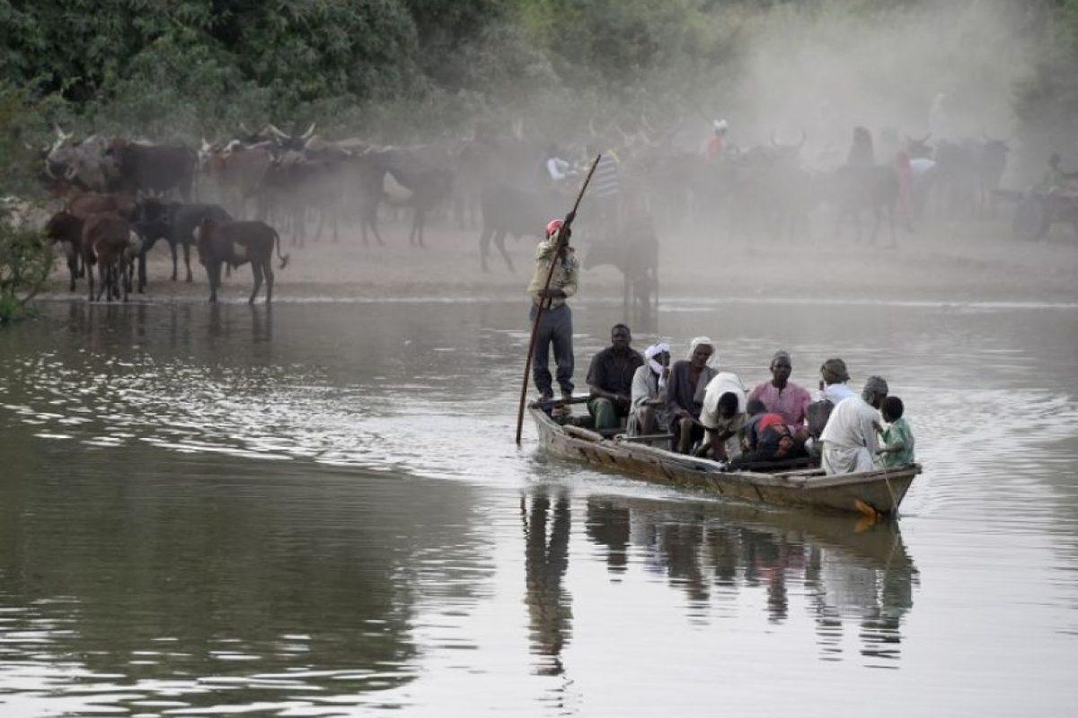 Un grupo de personas sobre una balsa en el lago Chad, en el centro norte de África. Foto:AFP. Imagen Por: