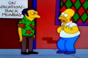 """7- """"Las dos señoras Nahasapeemapetilon"""" (9×7): En este capítulo Apu debe hacer efectivo su matrimonio arreglado. Tras ayudarlo y fracasar, Homero busca refugio en el Bar de Moe, pero este está cerrando su local por descanso. Ahí, el cantinero le dice: """"lo siento Homero, llevo los planeando estas vacaciones, voy a conocer la Isla de Pascua"""". Foto:Captura Youtube. Imagen Por:"""