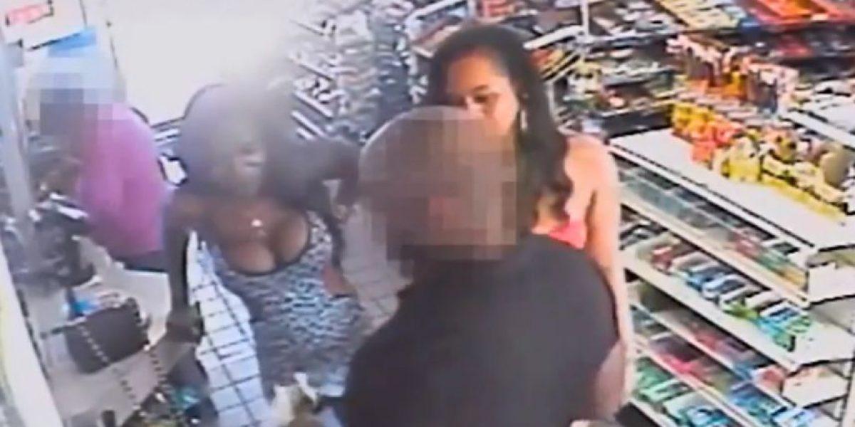 Mujeres atacan sexualmente a hombre en pleno supermercado: mira las imágenes