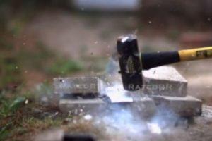 2- Ante un martillo su destrucción fue completa. Foto:FullMag / YouTube. Imagen Por: