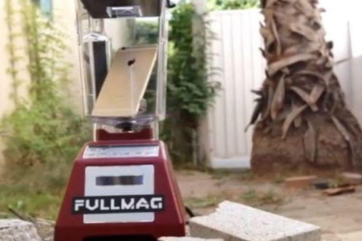 3- El dispositivo se abrió dentro de la licuadora. Foto:FullMag / YouTube. Imagen Por: