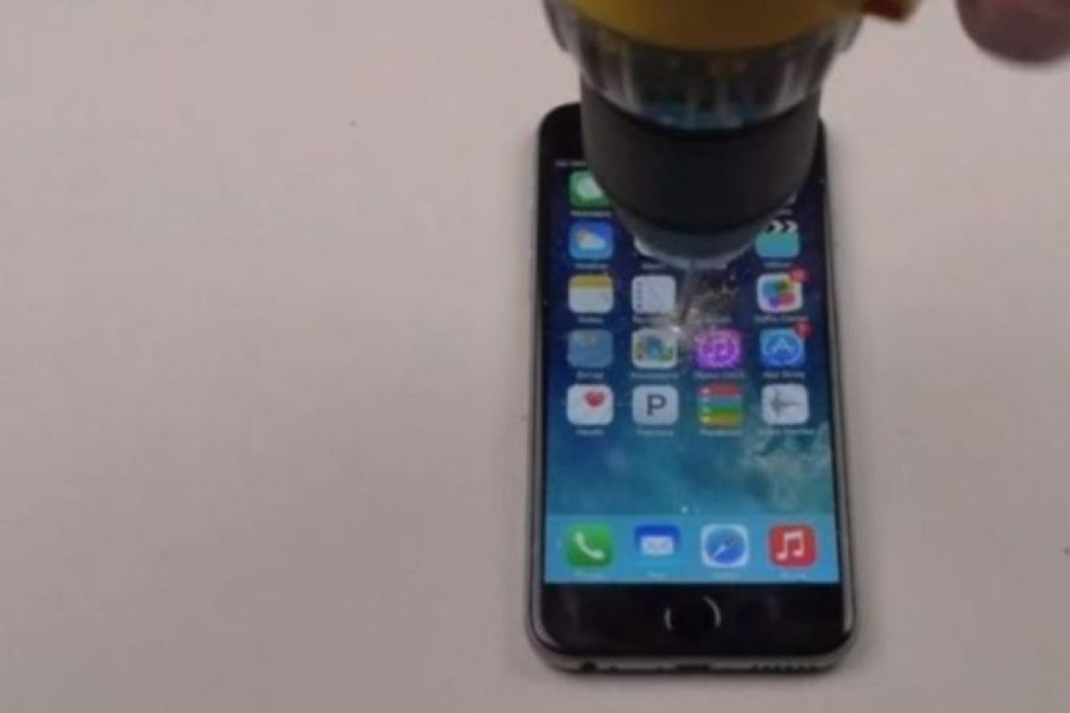 9- La pantalla no aguantó la fuerza del taladro. Foto:FullMag / YouTube. Imagen Por: