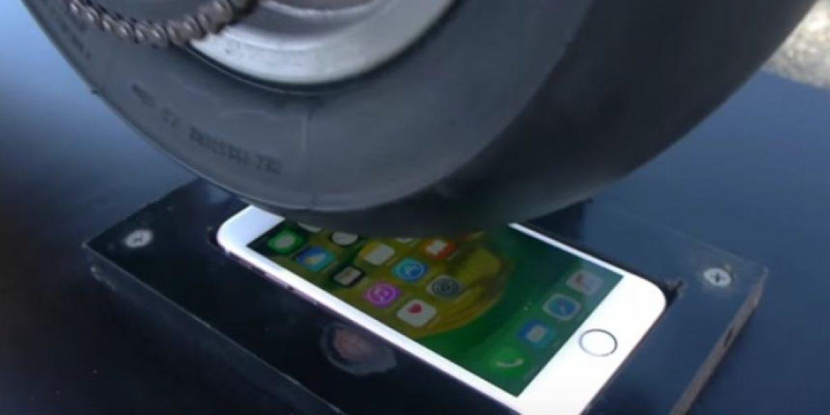 Video: Esto sucede cuando pasa una motocicleta sobre un iPhone 6S