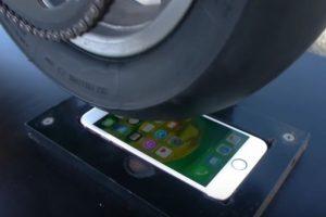iPhone 6s enfrentó a la llanta de una motocicleta. Foto:TechRax / YouTube. Imagen Por: