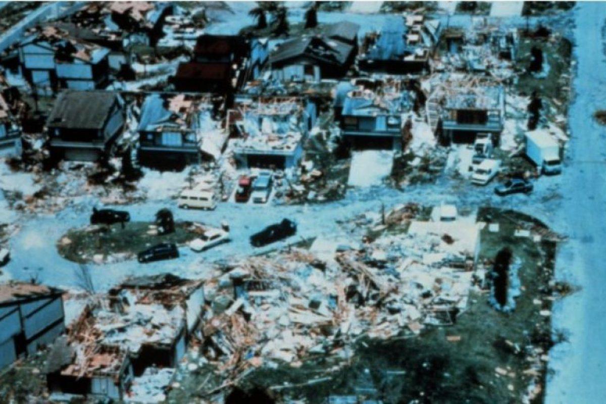 Huracán Andrew de 1992. Este fenómeno azotó a Estados Unidos y a Las Bahamas. 26 mil millones de dólares en perdidas y 23 muertos. Foto:Wikimedia Commons. Imagen Por: