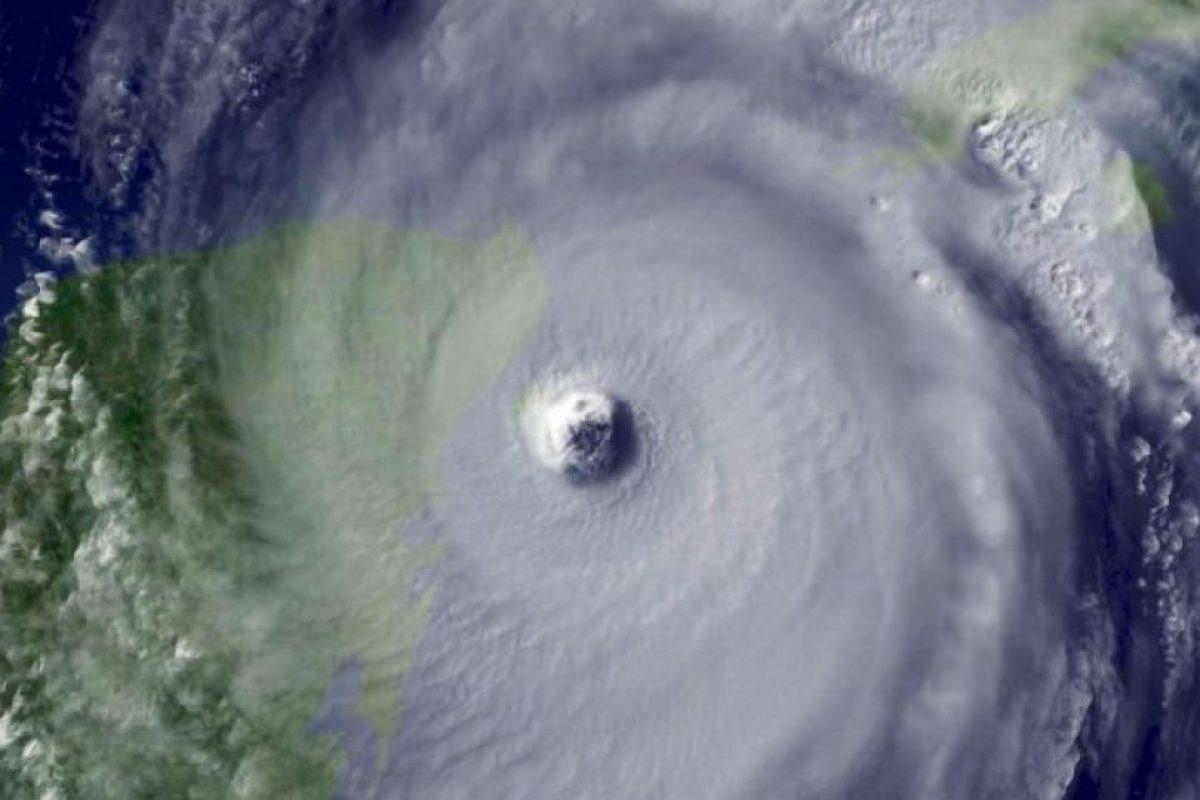 Huracán Wilma. En 2005 el fenómeno alcanzó el récord de intensidad: 295 Km/h y con una presión de 882hPa, matando a 63 personas y dejando daños económicos cercanos a los 30 mil millones de dólares. Foto:Getty Images. Imagen Por: